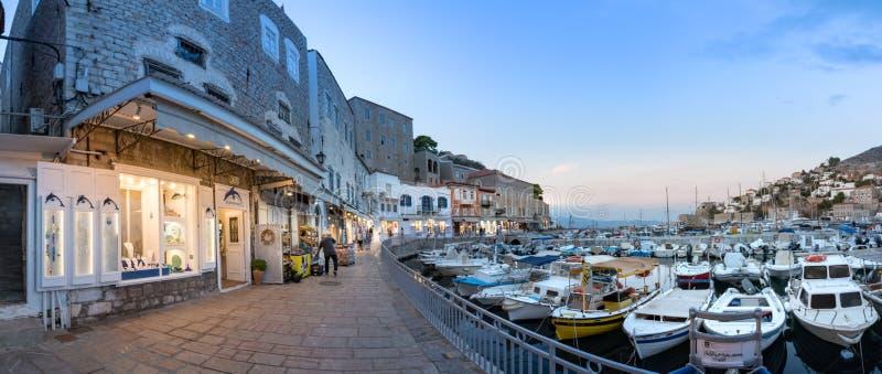 Vista panoramica del lungomare e del loro centro commerciale in hydra, Grecia fotografie stock