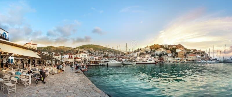Vista panoramica del lungomare e del loro centro commerciale in hydra, Grecia fotografia stock libera da diritti