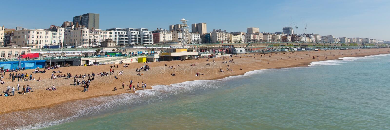 Vista panoramica del lungonmare e della spiaggia di Brighton England fotografia stock libera da diritti