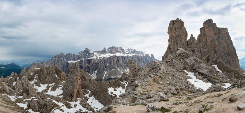 Vista panoramica del massiccio sui precedenti, dolomia dei picchi e di Sella del CIR fotografia stock
