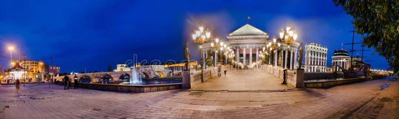 Vista panoramica del museo archeologico e del ponte dell'occhio a Skopje immagini stock