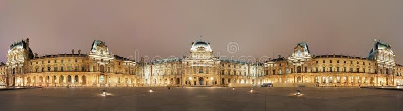 Vista panoramica del museo del Louvre, Parigi di notte immagini stock libere da diritti