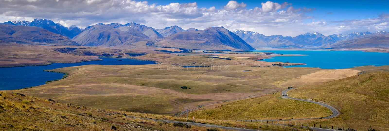 Vista panoramica del paesaggio dei laghi e delle montagne, lago Tekapo, NZ fotografia stock libera da diritti