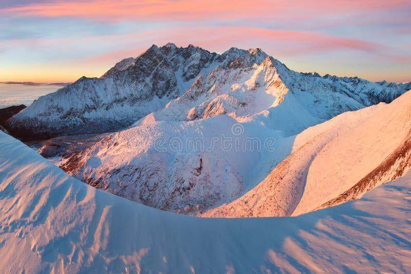 Vista panoramica del paesaggio della montagna con il tramonto splendido di inverno del cielo blu nelle alpi delle montagne di Tat fotografie stock