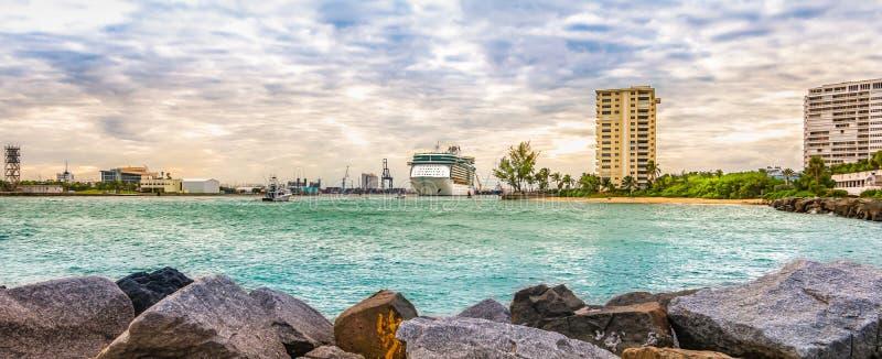 Vista panoramica del paesaggio di Port Everglades, Fort Lauderdale, Florida Nave da crociera in partenza dal porto fotografia stock libera da diritti