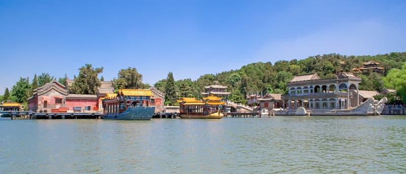 Vista panoramica del palazzo di estate imperiale con il lago kunming e della barca di marmo famosa a Pechino, Cina fotografia stock libera da diritti