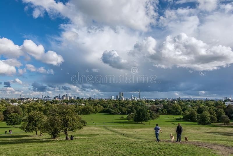 Vista panoramica del parco della collina della primaverina a Londra durante l'inizio dell'autunno fotografia stock