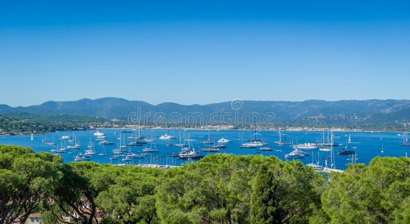 Vista panoramica del porticciolo e dell'ancoraggio dell'yacht di Saint Tropez immagine stock
