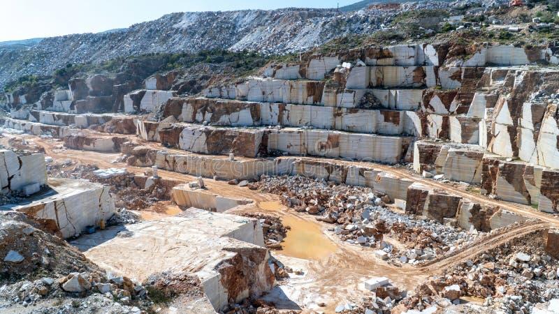 Vista panoramica del pozzo di marmo della cava in pieno delle rocce e dei blocchi nell'isola di Marmara, Turchia fotografie stock