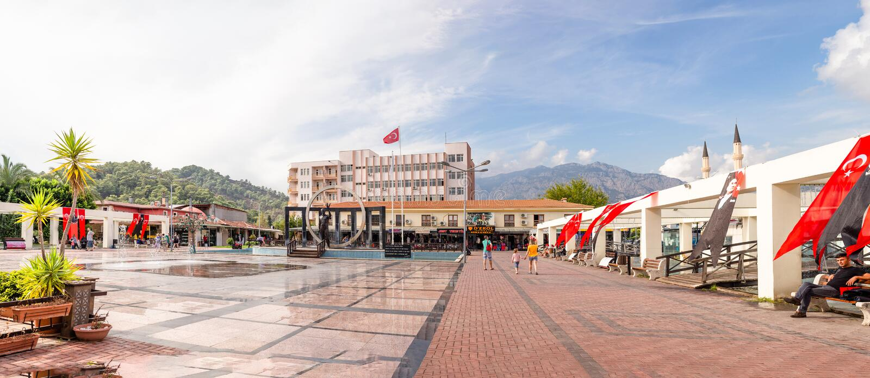Vista panoramica del quadrato centrale in Kemer, Turchia fotografia stock