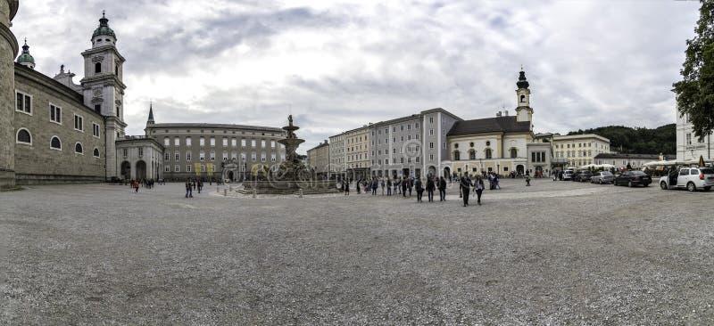 Vista panoramica del quadrato di Residenzplatz a Salisburgo, Austria fotografie stock libere da diritti