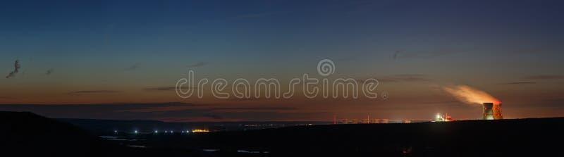 Vista panoramica del River Valley con una centrale atomica fotografia stock libera da diritti