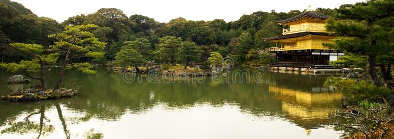 Vista panoramica del tempiale di Kinkakuji fotografia stock libera da diritti
