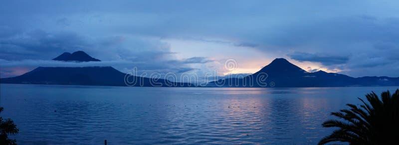 Vista panoramica del tramonto sul lago Atitlan nel Guatemala fotografia stock