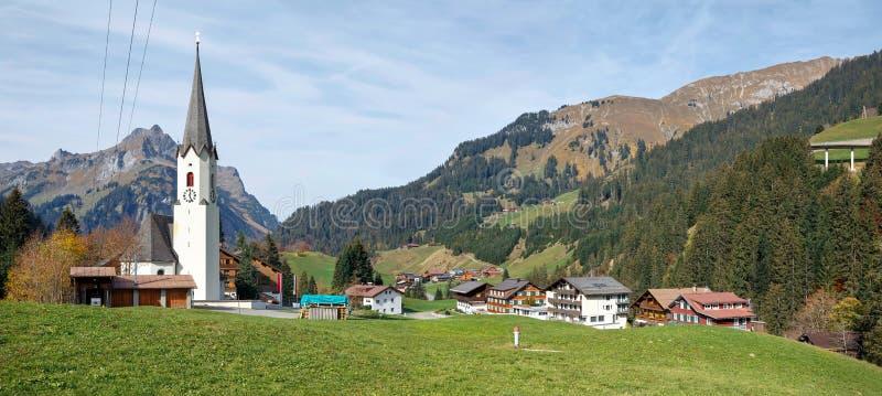 Vista panoramica del villaggio alpino Schroecken nella caduta Stato di Vorarlberg, Austria, Europa immagini stock