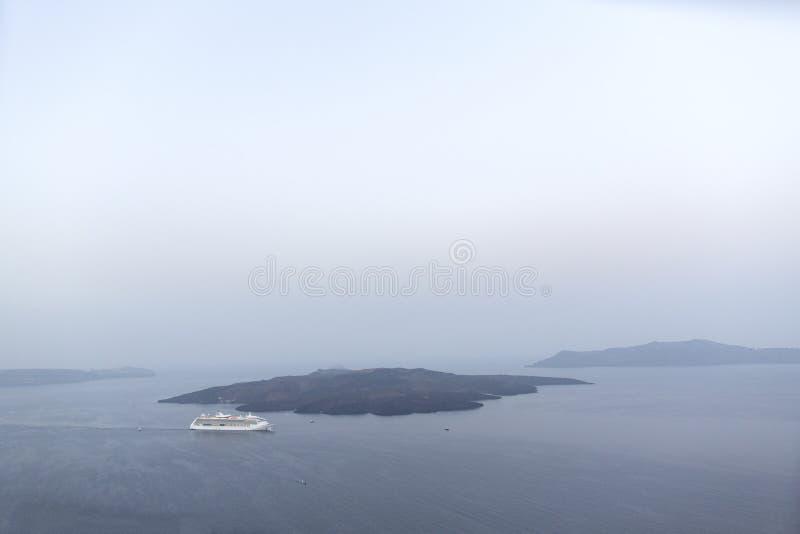 Vista panoramica del vulcano in Santorini Vista panoramica dell'isola di Thirassia in Santorini, Cicladi, Grecia Bello panoramico immagine stock libera da diritti