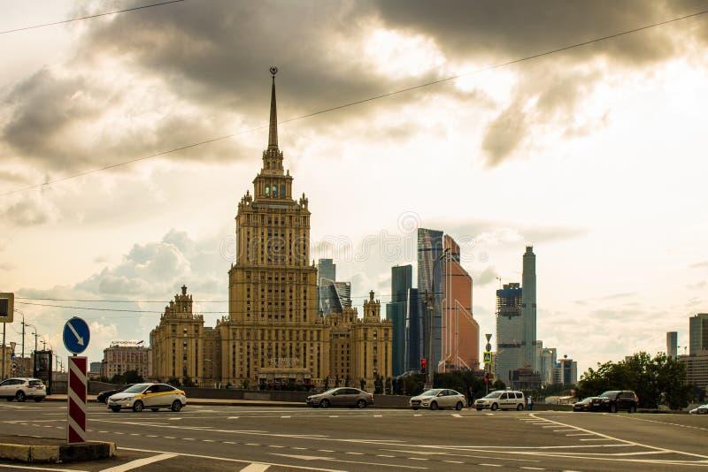 Vista panoramica dell'hotel di Mosca e della città complessa architettonica moderna di Mosca un giorno di estate nuvoloso immagine stock libera da diritti