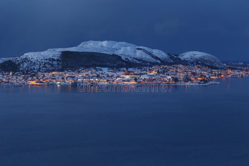 Vista panoramica dell'isola di Valderoya di notte dalla collina di Aksla immagine stock libera da diritti