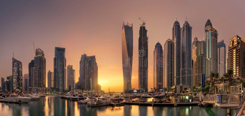 Vista panoramica dell'orizzonte del porticciolo del Dubai con il tramonto dorato fotografia stock libera da diritti
