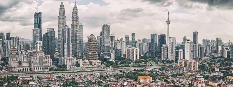 Vista panoramica dell'orizzonte di Kuala Lumpur con le torri gemelle di Petronas ed altre costruzioni corporative immagine stock