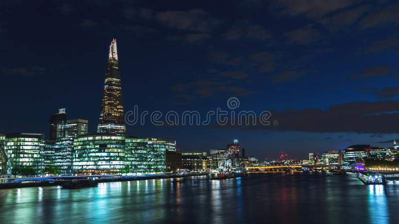 Vista panoramica dell'orizzonte di Londra alla notte sul Tamigi immagine stock