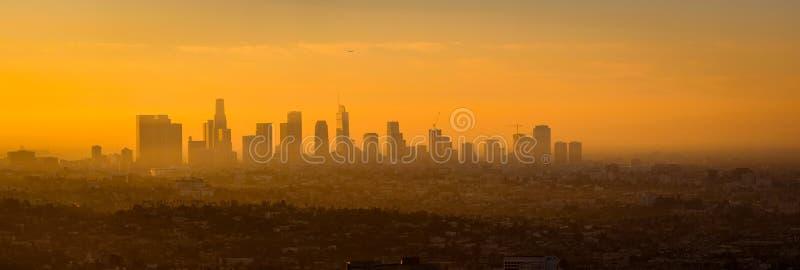 Vista panoramica dell'orizzonte di Los Angeles ad alba fotografia stock libera da diritti