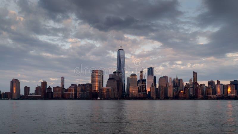 Vista panoramica dell'orizzonte di Manhattan con la sua riflessione in fiume hudson al crepuscolo dal pilastro del New Jersey New fotografia stock libera da diritti