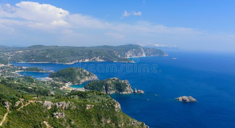 Vista panoramica della baia di Paleokastritsa fotografia stock libera da diritti
