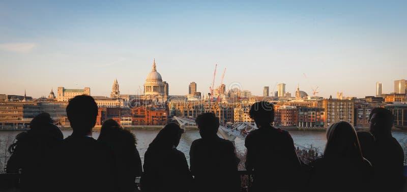 Vista panoramica della cattedrale di St Paul e del ponte di millennio dal terrazzo di Tate Modern Londra, 2017 fotografia stock libera da diritti