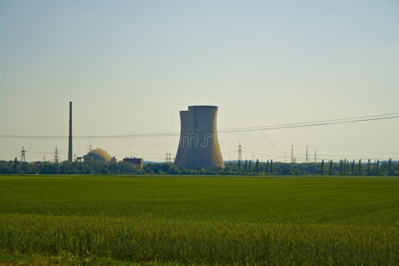 Vista panoramica della centrale atomica Grafenrheinfeld in Baviera, Germania fotografia stock
