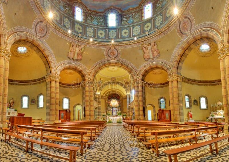 Vista panoramica della chiesa cattolica. Alba, Italia. fotografie stock