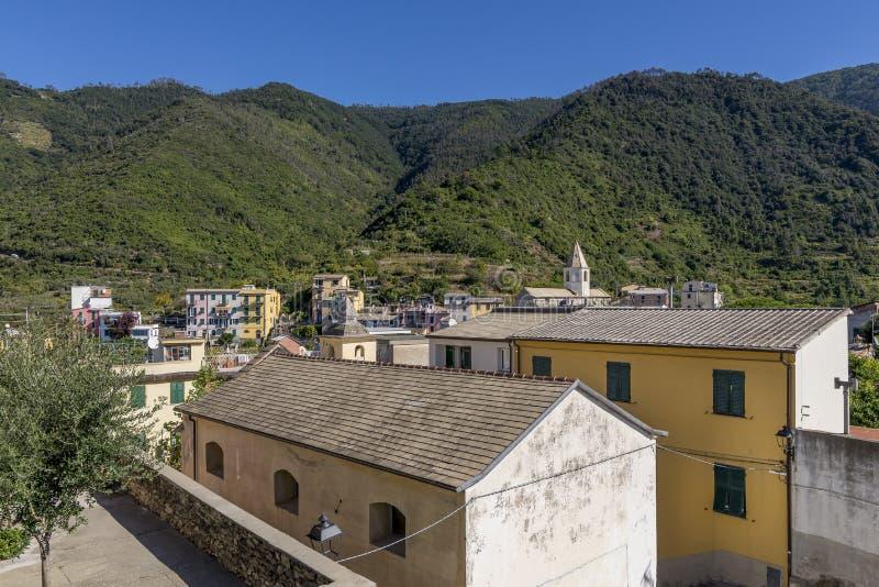 Vista panoramica della città della collina di Corniglia nel parco di Cinque Terre, Liguria, Italia fotografie stock libere da diritti