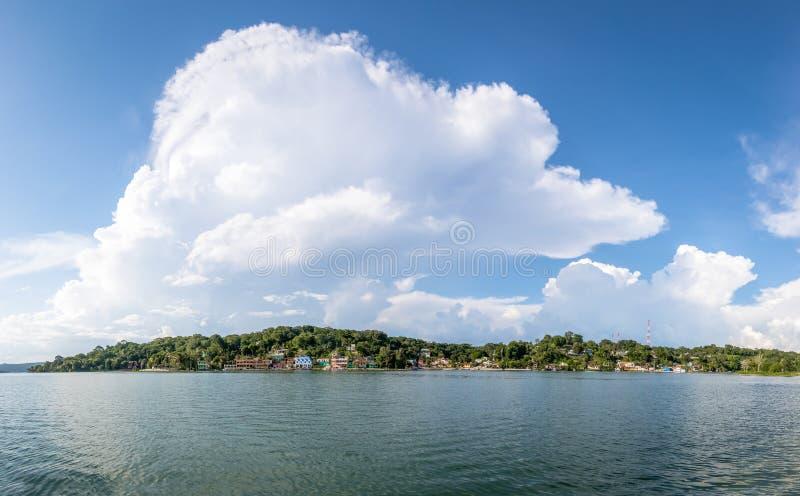 Vista panoramica della città del Flores e del lago - Flores, Peten, Guatemala fotografia stock libera da diritti