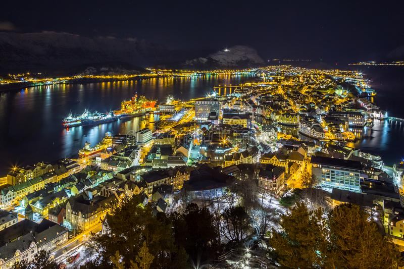 Vista panoramica della città di Alesund di notte dalla collina di Aksla fotografia stock libera da diritti