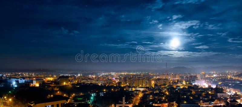 Vista panoramica della città di Brasov di notte fotografie stock libere da diritti