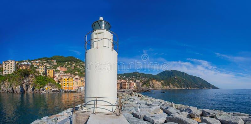 Vista panoramica della città di Camogli con il faro, Genoa Province, Liguria, costa Mediterranea, Italia fotografie stock