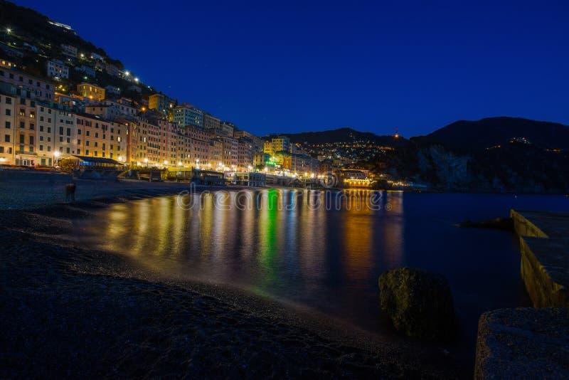 Vista panoramica della città di Camogli di notte, Genoa Genova Province, Liguria, costa Mediterranea, Italia, fotografie stock