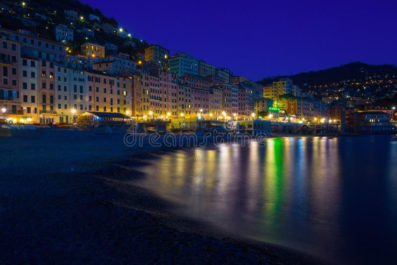 Vista panoramica della città di Camogli di notte, Genoa Genova Province, Liguria, costa Mediterranea, Italia immagine stock libera da diritti
