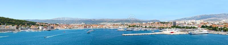 Vista panoramica della città di lungomare Orizzonte della spaccatura, Croazia, costa adriatica fotografia stock