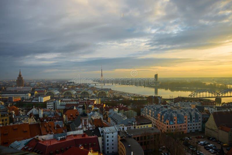 Vista panoramica della città di Riga, Lettonia dall'altezza della chiesa della torre di St Peter fotografia stock libera da diritti