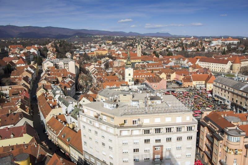 Vista panoramica della città e del mercato superiori di Dolac a Zagabria fotografia stock