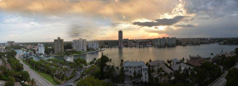 Vista panoramica della città iconica di Boca Raton, orizzonte di Florida al tramonto fotografie stock