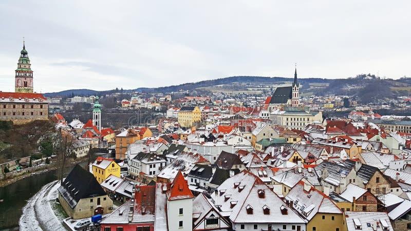 Vista panoramica della città medievale di Cesky Krumlov e del suo castello immagini stock