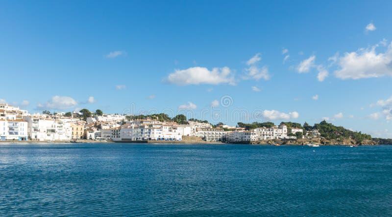 Vista panoramica della città spagnola di Cadaques, il piccolo villaggio famoso di Costa Brava, Catalogna - Spagna fotografia stock libera da diritti