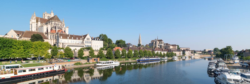 Vista panoramica della città storica di Auxerre con il fiume di Yonne e l'abbazia di St Germain, Borgogna fotografia stock libera da diritti