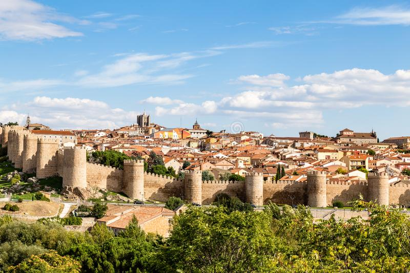 Vista panoramica della città storica di Avila dal Mirador del cuatro Postes, Spagna fotografie stock