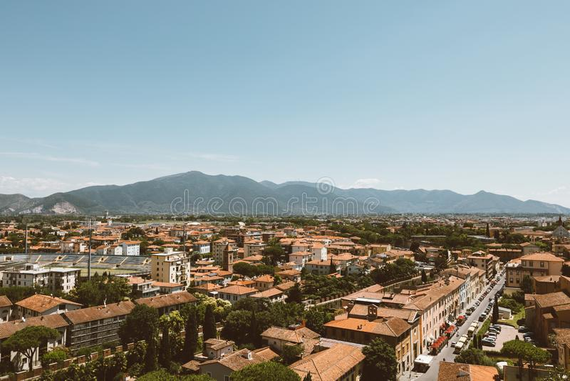 Vista panoramica della citt? di Pisa con i monumenti storici e lontano le montagne fotografia stock