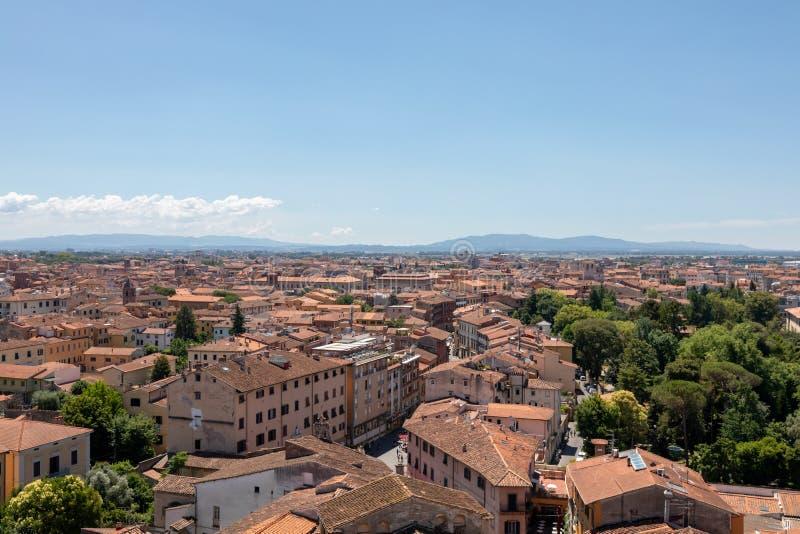 Vista panoramica della citt? di Pisa con i monumenti storici e lontano le montagne fotografie stock