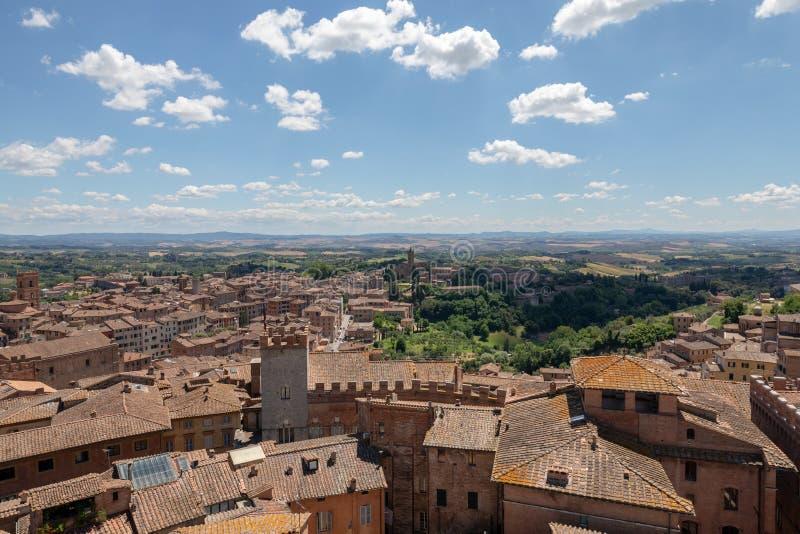 Vista panoramica della citt? di Siena con i monumenti storici e lontano il campo di verde immagine stock