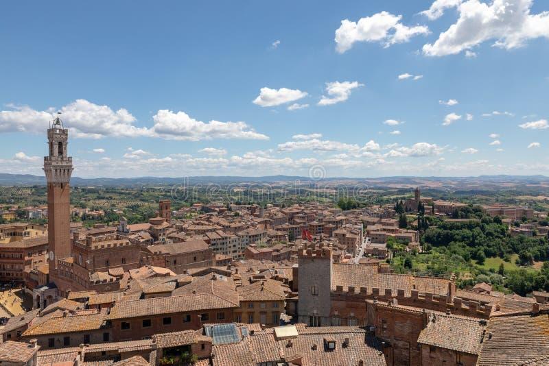 Vista panoramica della citt? di Siena con Piazza del Campo ed il Torre del Mangia fotografie stock